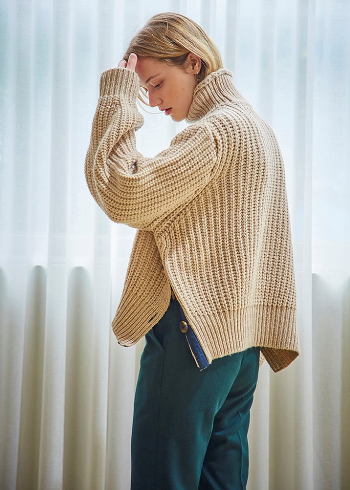 BUTTON SLIT TURTLENECK SWEATER_BEIGE