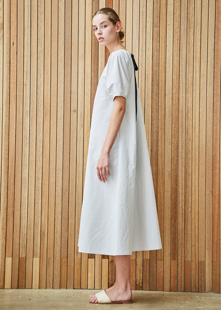 GATHERED NECK DRESS W/ RIBBON DETAIL_WHITE
